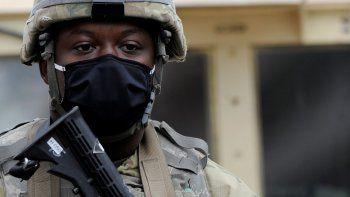 Un miembro de la Guardia Nacional de Pensilvania monta guardia en las afueras del Ayuntamiento de Filadelfia el viernes, 30 de octubre del 2020. La Guardia Nacional llegó a Filadelfia el viernes luego de días de protestas, robos en tiendas y de cajeros automáticos después que un hombre negro con un cuchillo fue baleado 14 veces por la policía.