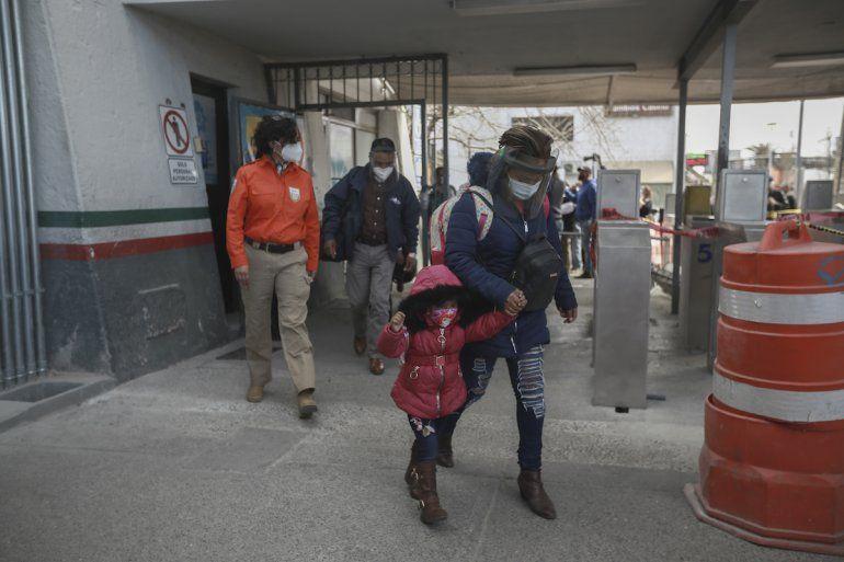 Una familia de migrantes cruza la frontera entre México y Estados Unidos el viernes 26 de febrero de 2021 para ingresar a El Paso