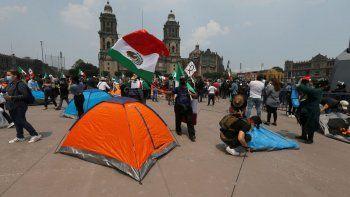 Manifestantes que exigen la renuncia del presidente Andrés Manuel López Obrador, ingresan a la principal plaza de la Ciudad de México, el miércoles 23 de septiembre de 2020.