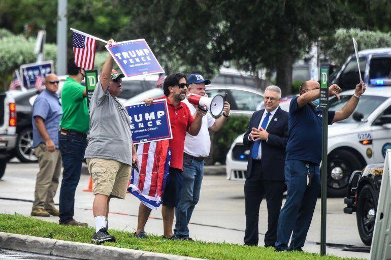Partidarios del presidente Trump protestan frente al restaurante donde la candidata demócrata a la vicepresidencia y la senadora de California