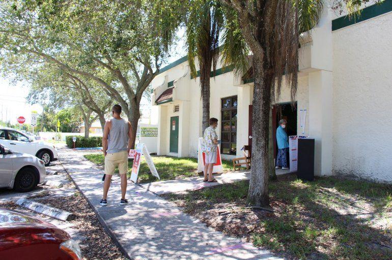 Los electores guardaron la distancia recomendada en tiempos de coronavirus mientras esperaban para ejercer su derecho al voto. Imagen del Okland Park Elementary School en Fort Lauderdale.