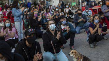 Residentes de zonas con medidas de movilidad restringida en Madrid a causa de la pandemia de coronavirus se reúnen durante una protesta para exigir más recursos para el sistema de salud pública en Vallecas, Madrid, el jueves 24 de septiembre de 2020.