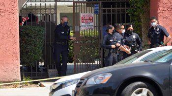 El jefe de la Policía de Los Ángeles, Michel Moore, se retira de un complejo de apartamentos en Reseda, California, donde en uno fueron asesinados tres niños, todos menores de cinco años, el sábado 10 de abril de 2021.