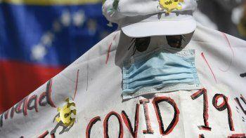 Un manifestante grita consignas bajo un disfraz de fantasma durante una manifestación de maestros exigiendo mejores salarios en Caracas, Venezuela, el Día Mundial de los Docentes, el lunes 5 de octubre de 2020, en medio de la pandemia de COVID-19.