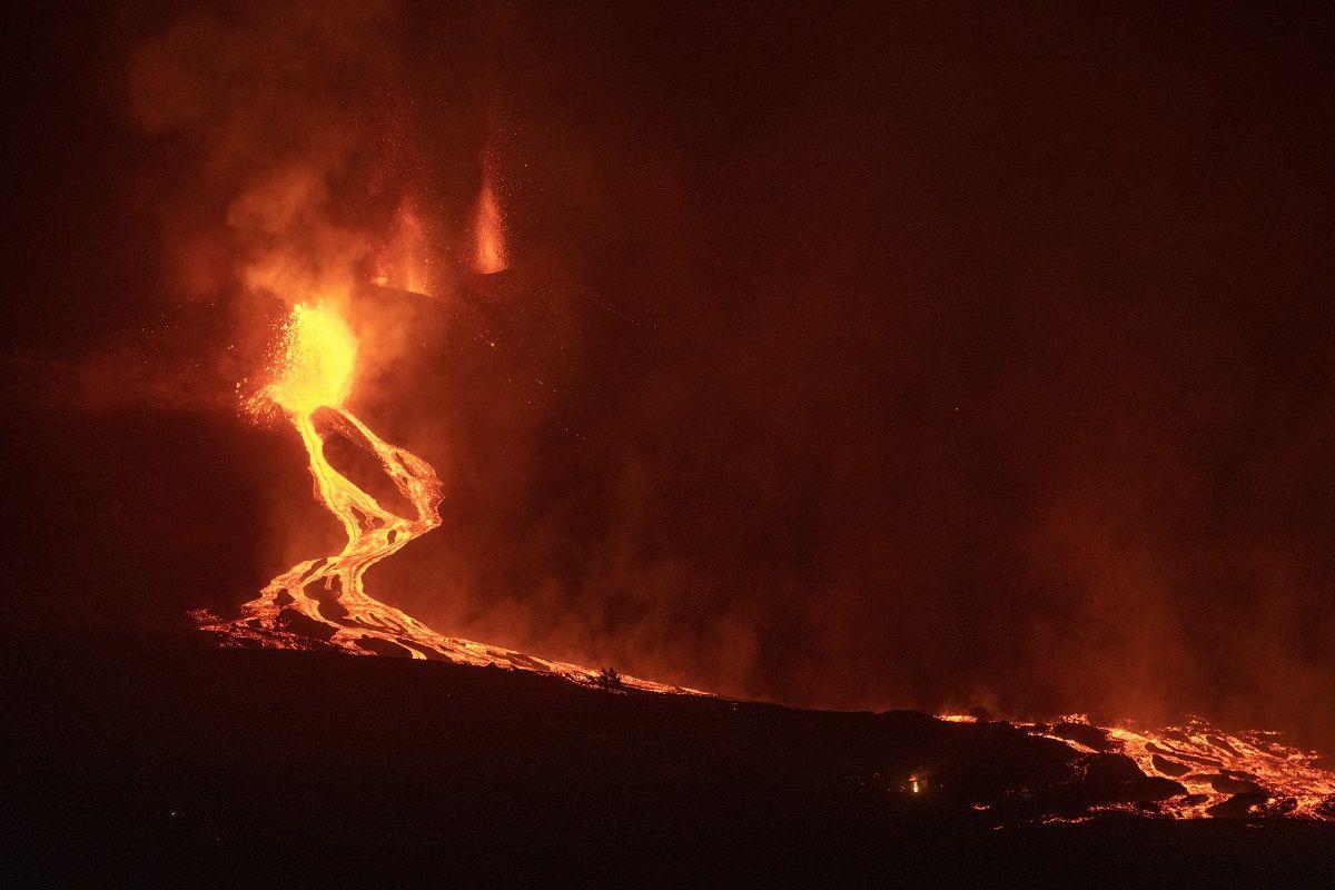 Ríos de lava salen de un volcán en la isla de La Palma, en Islas Canarias, en la madrugada del 28 de septiembre de 2021.