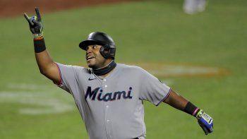 El venezolano Jesús Aguilar, de los Marlins de Miami, festeja después de conectar un jonrón solitario al abridor de los Orioles de Baltimore, Tom Eshelman, en la octava entrada del partido en Baltimore, el martes 4 de agosto de 2020.