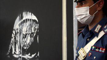 Las autoridades italianas develan una obra de arte robada del artista británico Banksy en honor a las víctimas del ataque terrorista en la sala de conciertos Bataclan en París en 2015.