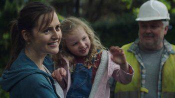 Clare Dunne, Molly McCann y Conleth Hill en una escena de Herself, en una imagen proporcionada por Amazon Studios.