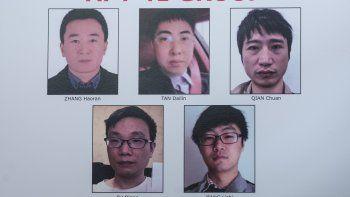 Un cartel con las fotografías y nombres de cinco hombres chinos buscados por el FBI, mostrado durante una conferencia de prensa del subsecretario de Justicia de Estados Unidos Jeffery Rosen el miércoles 16 de septiembre.