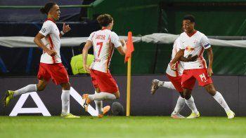 Tyler Adams (derecha) celebra tras anotar el gol que le dio a Leipzig la victoria 2-1 ante el Atlético de Madrid en los cuartos de final de la Liga de Campeones, en Lisboa, el jueves 13 de agosto de 2020.