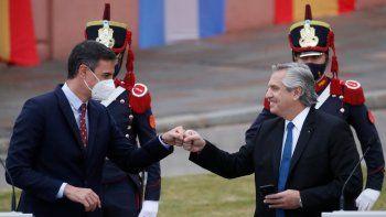 El primer ministro de España, Pedro Sánchez, a la izquierda, golpea con el puño al presidente de Argentina, Alberto Fernández, en medio de la pandemia de COVID-19, al final de su conferencia de prensa durante la visita de un día de Sánchez a Buenos Aires, Argentina