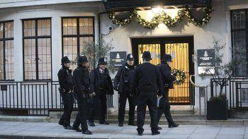 Policías ante la entrada principal del hospital King Edward VII, en Londres, donde se atendía al príncipe Felipe de Inglaterra, el 23 de diciembre de 2019.