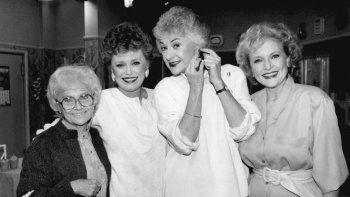 En esta foto del 25 de diciembre de 1985, e izquierda a derecha Estelle Getty, Rue McClanahan, Bea Arthur y Betty White posan durante un receso en la grabación de la serie en Hollywood, California.