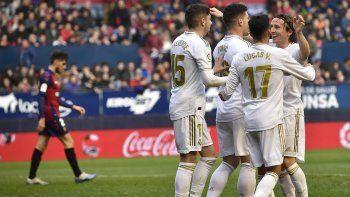 Luka Jovic del Real Madrid, tercero a la derecha, celebra con sus compañeros de equipo después de anotar durante el partido de fútbol de la Liga española entre Osasuna y Real Madrid en el estadio El Sadar de Pamplona, norte de España, el domingo 9 de febrero de 2020