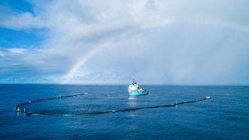 Un dispositivo prototipo de limpieza oceánica, el Sistema 001/B, está capturando y recolectando desechos de plástico con éxito en el Gran Parche de residuos que se acumula en el Océano Pacífico.