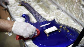 En esta foto del seis de mayo del 2020, la guitarra Blue Angel Cloud 2 hecha especialmente para Prince, es pulida antes de una subasta en Beverly Hills, California.