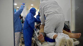 Los trabajadores de salud intuban a un paciente con COVID-19 que llegó a la sala de emergencias, a la unidad de cuidados intensivos (UCI) del centro médico de San Luis en Soacha, departamento de Cundinamarca, Colombia.