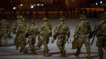 En esta imagen del miércoles 1 de enero de 2020, soldados del Ejército de Estados Unidos de la Compañía Aérea 82, abordan una aeronave C-17 en Fort Bragg, Carolina del Norte, para su despliegue en Medio Oriente.