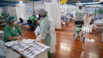 Personal de salud trabaja en un hospital de campaña construido dentro de un gimnasio para tratar a pacientes con COVID-19 en Santo Andre, en las afueras de Sao Paulo, Brasil, el martes 9 de junio de 2020.