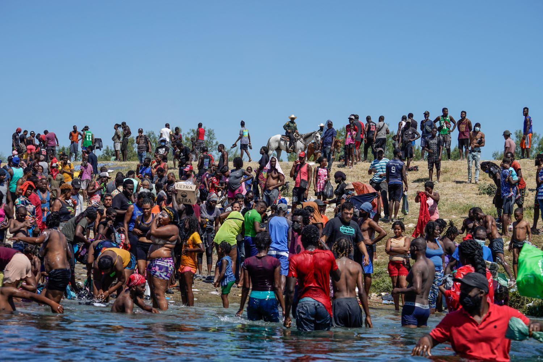 Cientos de inmigrantes haitianos en el cruce fronterizo entre EEUU y México.