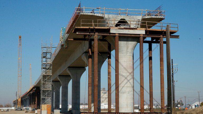 Fotografía de archivo del 6 de diciembre de 2017 que muestra una de las secciones elevadas de un tren de alta velocidad en construcción en Fresno