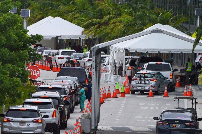 Largas colas de conductores que esperan en sus vehículos poder realizarse el test del coronavirus en uno de los centros en Miami Beach