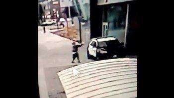 Una escena tomada por una cámara de seguridad publicado por el Departamento de Policía del condado Los Ángeles muestra a un hombre armado que se acerca a dos agentes y dispara sin advertencia ni provocación en Compton, California, el sábado 12 de septiembre de 2020.
