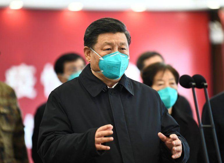 En esta foto el presidente chino Xi Jinping habla por video con enfermos y trabajadores de la salud en el hospital Huoshenshan en Wuhan