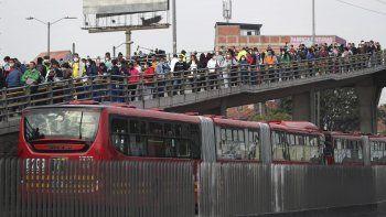 Los residentes llegan a una estación de autobuses públicos a pesar de una orden del gobierno de quedarse en casa para ayudar a contener la propagación del nuevo coronavirus, en Soacha, en las afueras de Bogotá, Colombia, el miércoles 25 de marzo de 2020