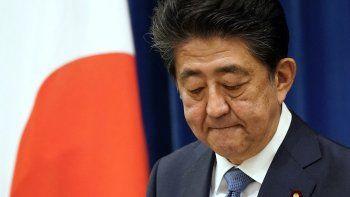 El primer ministro japonés, Shinzo Abe, hace gestos durante su conferencia de prensa en la residencia oficial del primer ministro en Tokio el 28 de agosto de 2020.