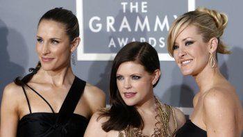 En esta foto del 11 de febrero de 2007, las Dixie Chicks, Emily Robison, izquierda, Natalie Maines, centro, y Martie Maguire llegan a la ceremonia de los premios Grammy en Los Angeles. El grupo country cambió su nombre a The Chicks el jueves 25 de junio de 2020.