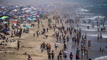 En esta fotografía de archivo del sábado 5 de septiembre de 2020, una multitud colma la playa de Huntington Beach durante una ola de calor que afectó al estado de California.