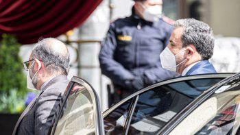 El viceministro político de Relaciones Exteriores de Irán, Abbas Araghchi, derecha, llega al Grand Hotel Wien, en la capital austriaca, donde se realizan conversaciones a puertas cerradas sobre el acuerdo nuclear con Irán, el martes, 6 de abril del 2021.
