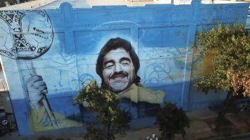 Colgado de una grúa, el artista pinta el rostro del capitán del equipo campeón del mundo en México-1986, fallecido el 25 de noviembre a los 60 años.