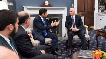 Carlos Vecchio (izq.), representante en Washington del presidente encargado de Venezuela, Juan Guaidó, conversa con el vicepresidente de los EEUU, Mike Pence.