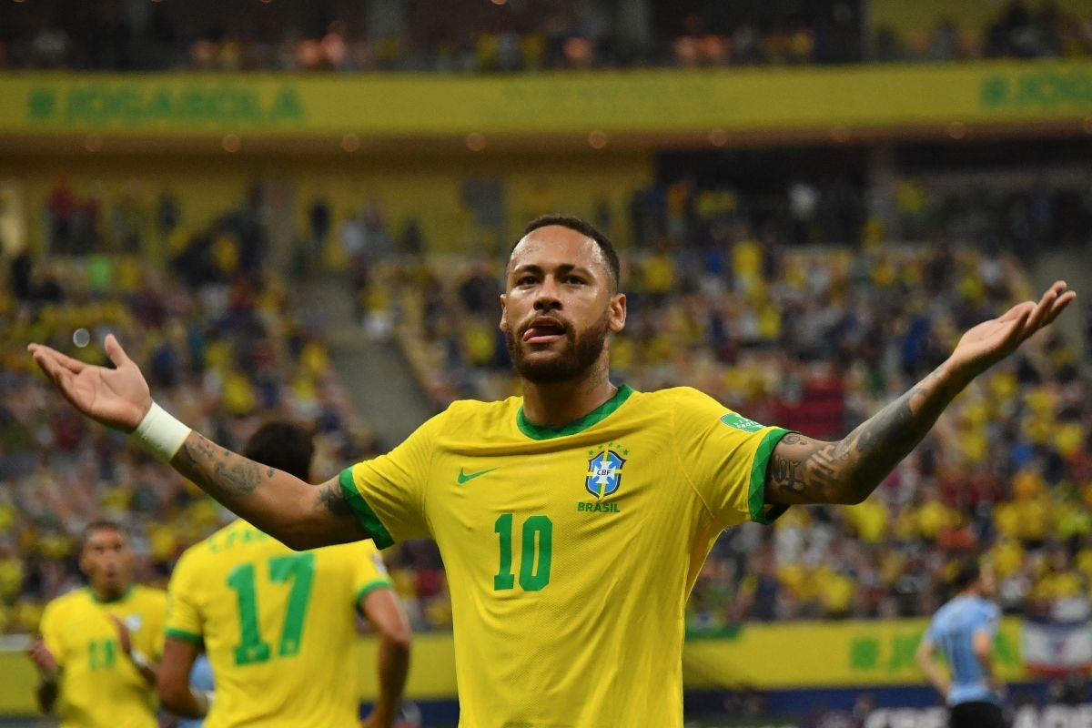 Neymar reclama una jugada en un compromiso de las eliminatorias sudamericanas de la FIFA
