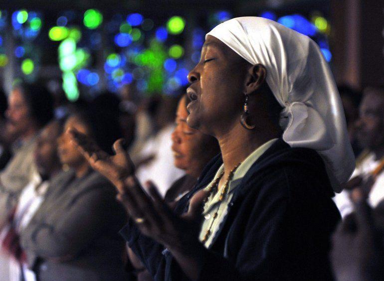 Una mujer asiste a una misa en la Iglesia de Norte-Dame D Haiti