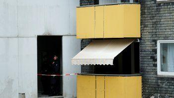 La policía alemana frente a un edificio donde cinco niños fueron encontrados muertos en un apartamento el 3 de septiembre de 2020 en la ciudad de Solingen, en el oeste de Alemania.