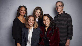 En esta foto del 26 de enero de 2020, Sil Lai Abrams, de pie a la izquierda, la directora Amy Ziering, el director Kirby Dick, Drew Dixon, sentada a la izquierda, y Sheri Hines posan durante la promoción de su documental On the Record durante el Festival de Cine de Sundance, en Park City, Utah.