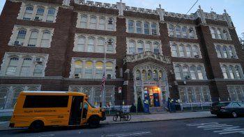Foto tomada el 5 de octubre del 2020 de una escuela en Brooklyn en la ciudad de Nueva York, donde las autoridades han impuesto medidas para frenar el contagio del coronavirus.