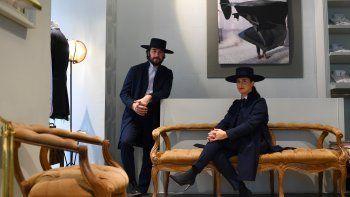 En esta foto de archivo tomada el 10 de enero de 2020, los fundadores de la marca de sastrería Oteyza, los diseñadores españoles Caterina Paneda (R) y Paul García de Oteyza, posan en su atelier en Madrid.