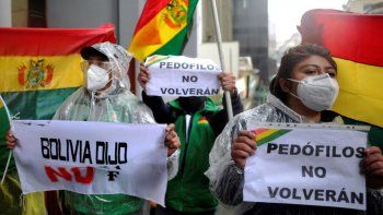 Activistas y opositores al expresidente boliviano Evo Morales, protestan frente a la Corte de Justicia de Bolivia en La Paz el 7 de septiembre de 2020. Un juez boliviano confirmó el lunes que el expresidente Evo Morales no es elegible para postularse para el Senado en las elecciones del 18 de octubre. dijo el gobierno.