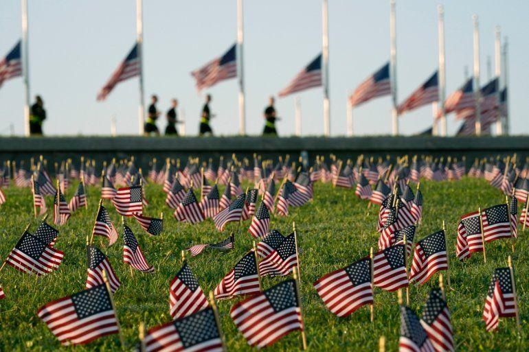 Activistas del COVID Memorial Project marcan la muerte de 200.000 personas en Estados Unidos a causa del coronavirus con miles de banderas estadounidenses en el terreno del parque nacional National Mall en Washington