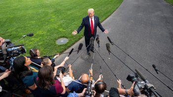 El presidente Donald Trump habla con la prensa a su salida de la Casa Blanca en Washington rumbo a Florida, para presentar su candidatura a la reelección en 2020.