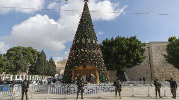 Una unidad de seguridad nacional palestina vigila en la Plaza del Pesebre en Belén, antes de la Navidad, el miércoles 23 de diciembre de 2020, en Cisjordania.