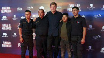 """En esta fotografía del tres de marzo de 2020 el paramédico Juan Ochoa, de izquierda a derecha, el paramédico Fernándo Ochoa, el director Luke Lorentzen, Josué Ochoa y el paramédico Fernando Ochoa, de la película """"Familia de medianoche"""" (""""Midnight Family""""), posan en la alfombra roja de la cinta en la Ciudad de México."""