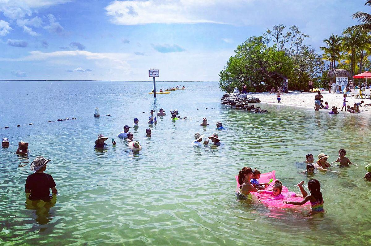 Vista parcial de una playa en Key Largo, Florida, tras el paso de la pandemia de coronavirus.