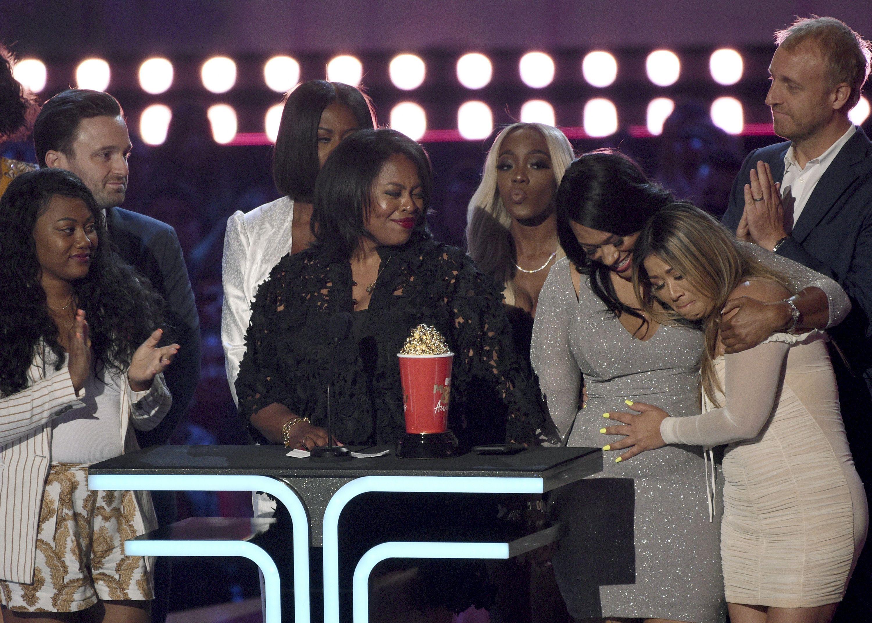 Participantes y realizadores de Surviving R. Kelly reciben el premio al Mejor documental en la ceremonia de los Premios MTV al Cine y la TV, el 15 de junio de 2019 en Santa Mónica, California.