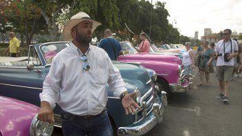 Fotografía de archivo fechada el 5 de junio de 2019 de Yosbell Figueroa, un trabajador privado que maneja un auto clásico para mantener a su familia en La Habana.