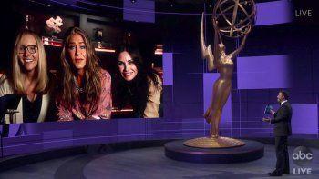 En esta imagen de video del domingo 20 de septiembre del 2020, Jimmy Kimmel conversa con las actrices Lisa Kudrow, Jennifer Aniston y Courteney Cox durante transmisión de la 72da edición de los premios Emmy,que registraron su peor índice deaudiencia.